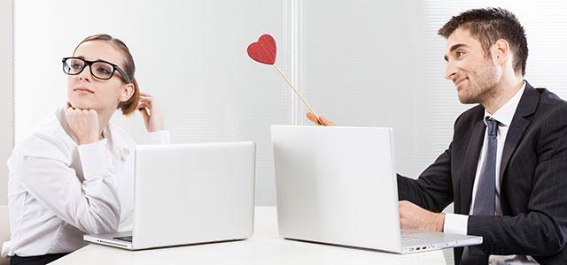 Colegas apaixonados num momento de namoro no trabalho