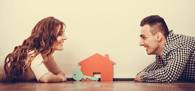 Casal olhando para a imagem da casa dos seus sonhos