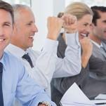 Profissional fazendo sinal positivo e mostrando como se dar bem no emprego novo