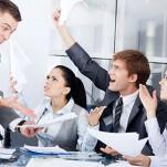 Profissionais discutindo em reunião