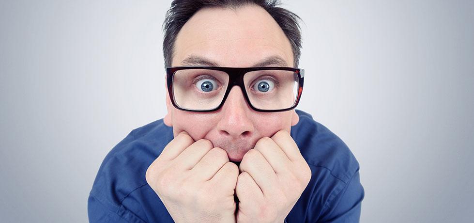 Profissional tendo uma crise nervosa no trabalho
