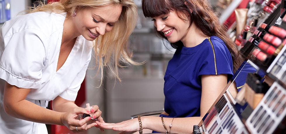 Vendedora mostrando formas de relacionamento com o cliente positivas