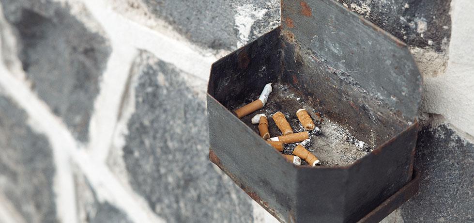 Cinzas de cigarros ilustrando a importância de aprender como parar de usar drogas