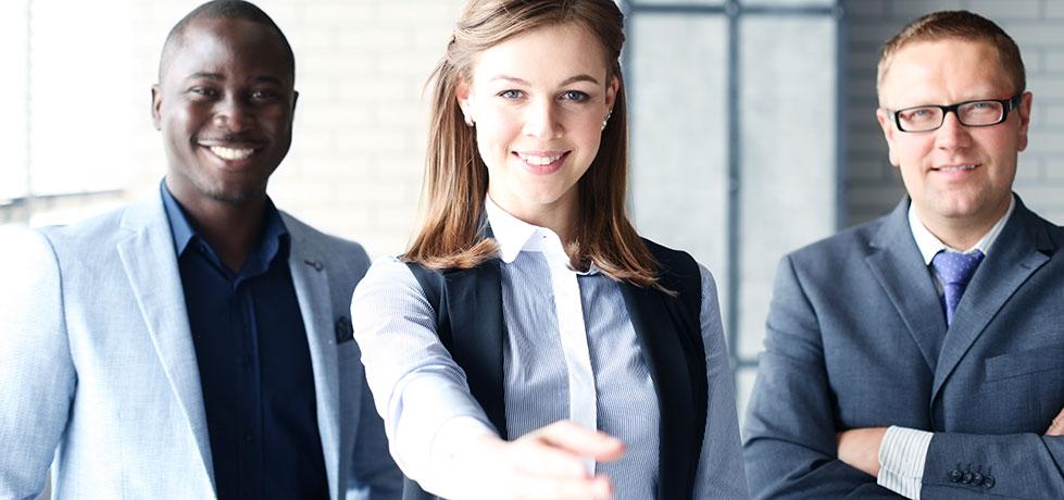 Profissionais mostrando como ser mais confiante no trabalho