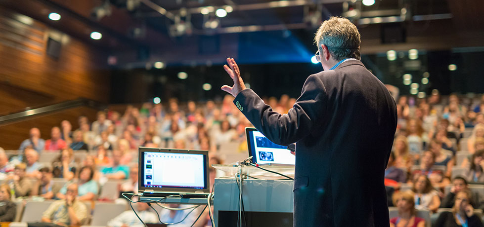 Palestrante em empresa apresentando diferentes tipos de palestras