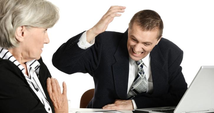 homem discutindo com mulher