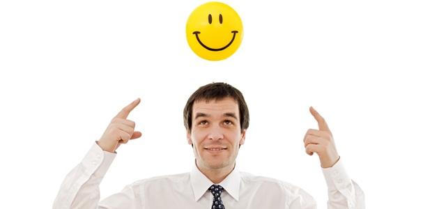 homem pensando em um emoticon feliz