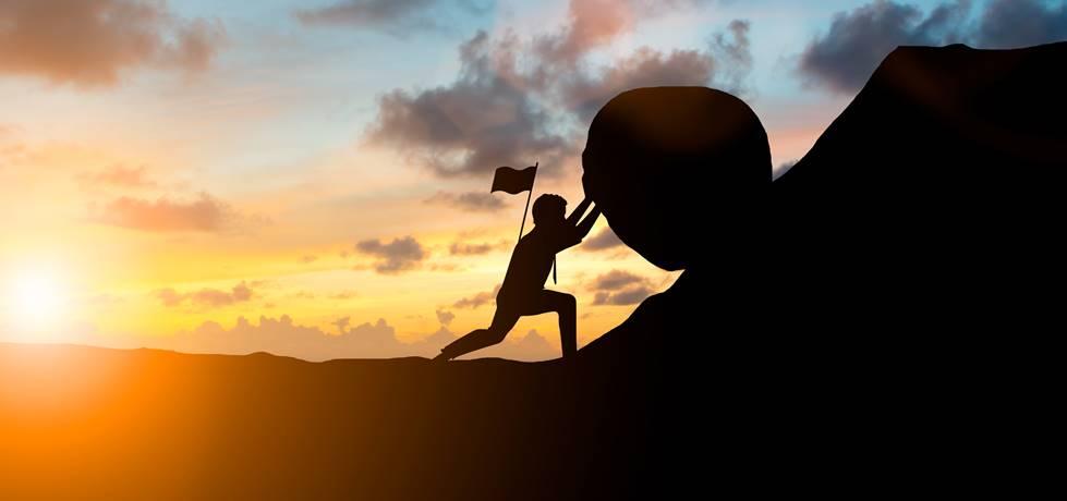 homem empurrando uma pedra até o topo de uma montanha