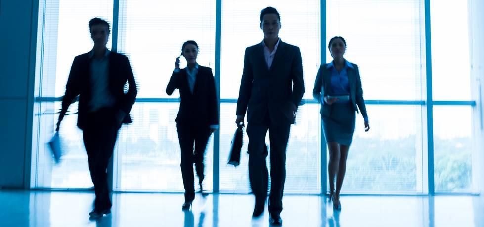 silhoeta de 4 lídereres caminhandosilhoeta de 4 lídereres caminhando