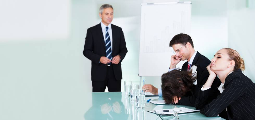 equipe de vendas desmotivada sentados a mesa