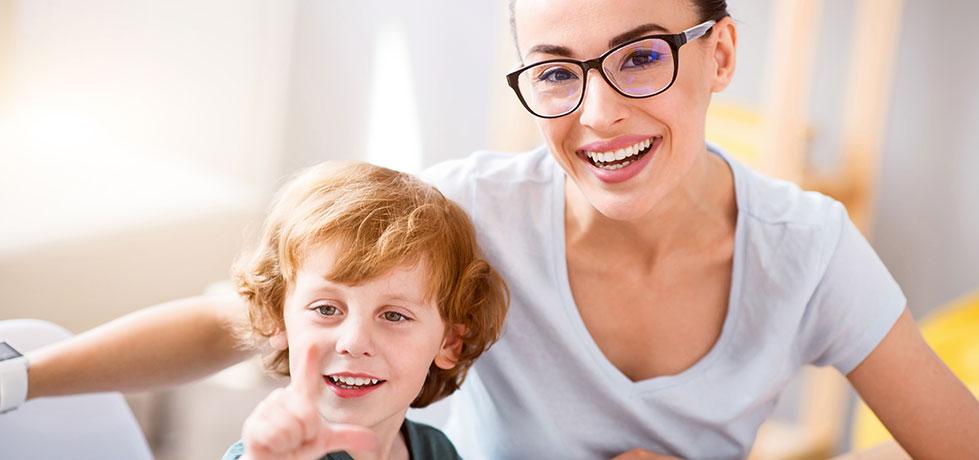 Profissional e criança durante sessão de Coaching Infantil
