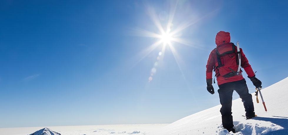 Homem subindo a montanha e mostrando suas potencialidades