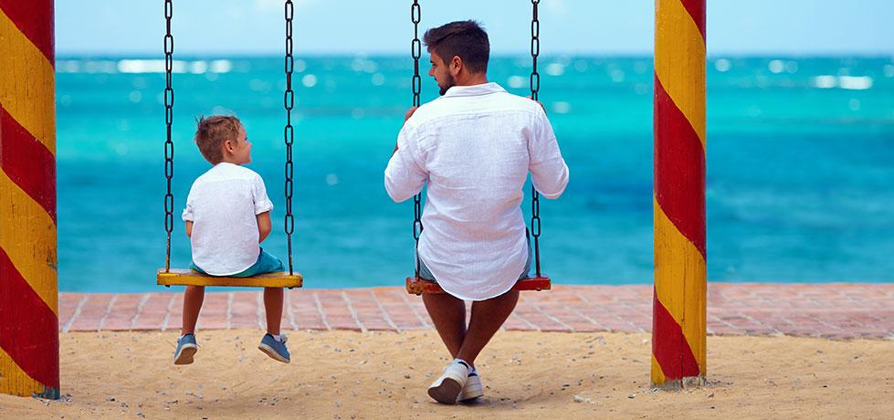 Pai compartilhando seu legado com seu filho olhando para o mar