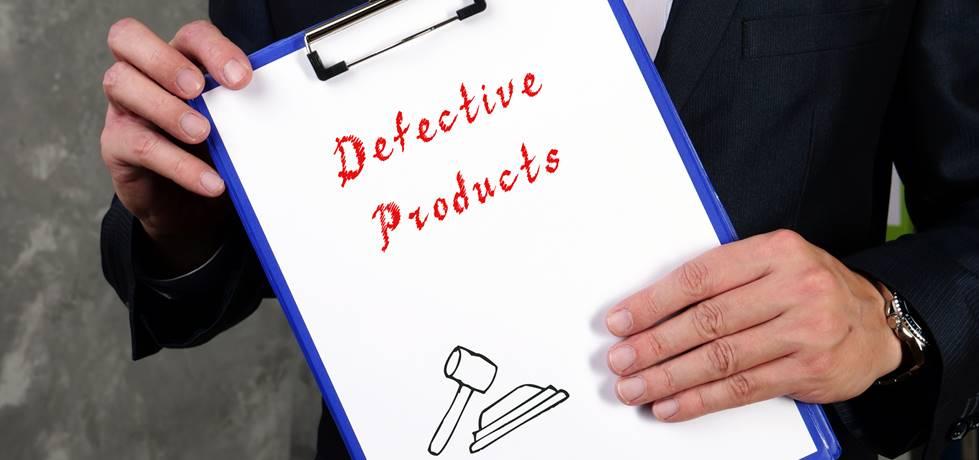 profissional segurando uma prancheta escrito produtos defeituosos