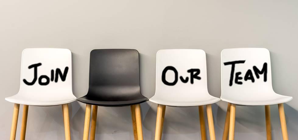 """Cadeiras pixadas com escrito """"faça parte do nosso time"""""""