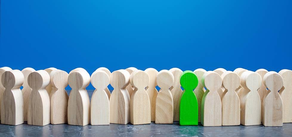 conjunto de figuras de profissionais com uma em destaque