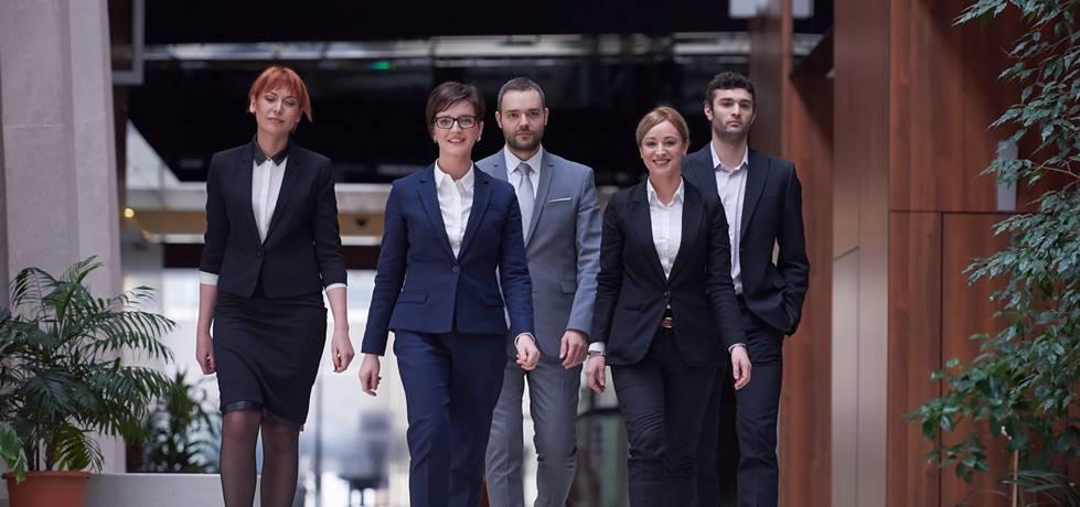 grupo de profissionais caminhando