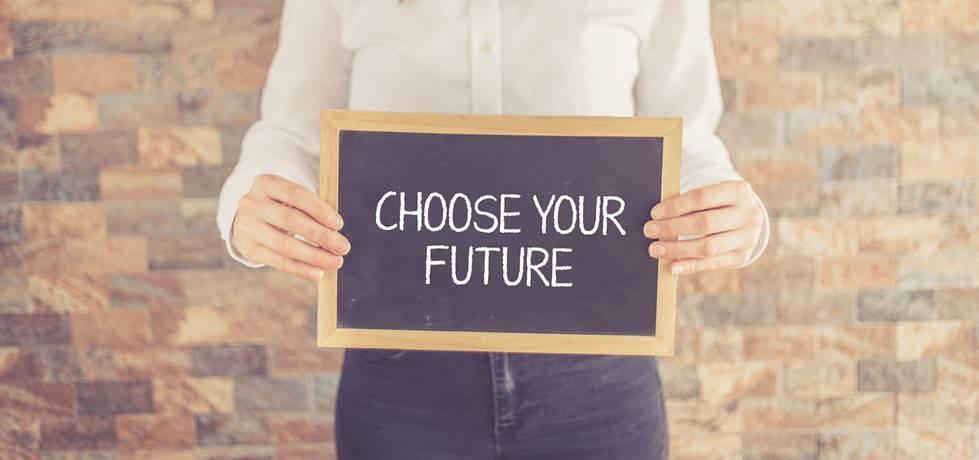 """homem segurando quado com escrito """"escolha o seu futuro"""""""
