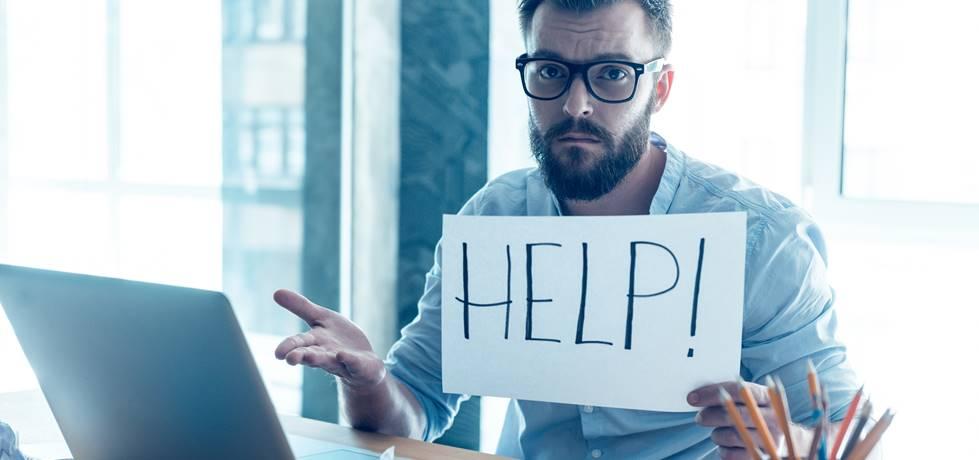 Profissional insatisfeito segurando uma folha pedido ajuda