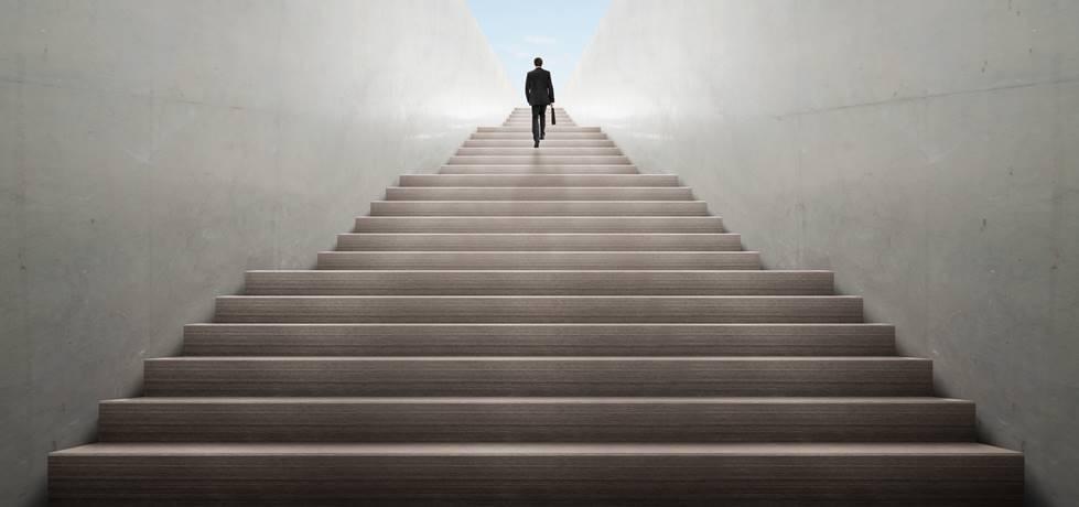 profissional subindo as escadas