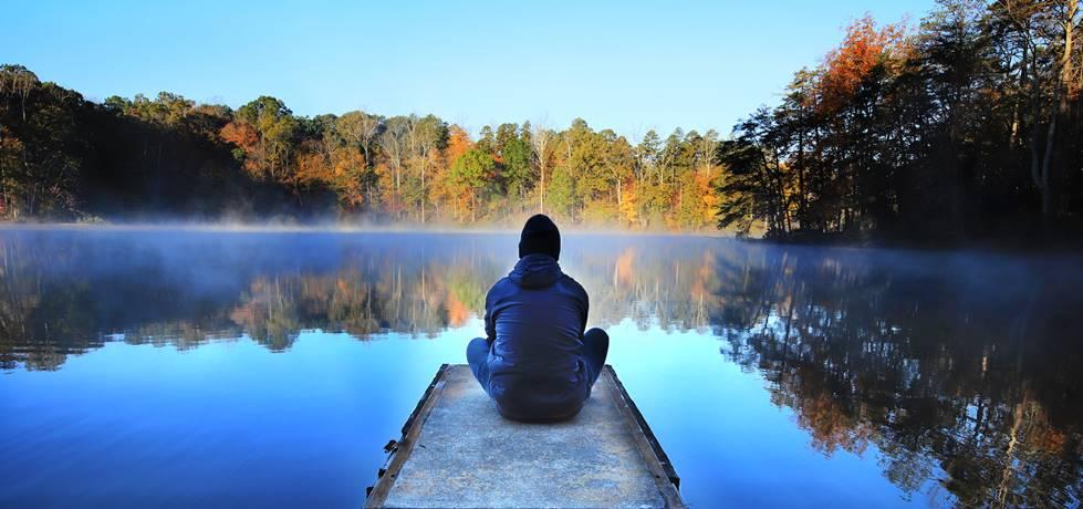 homem sozinho em frente ao mar