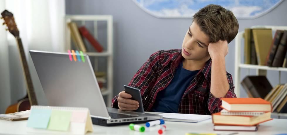 jovem usando celular durante aula online