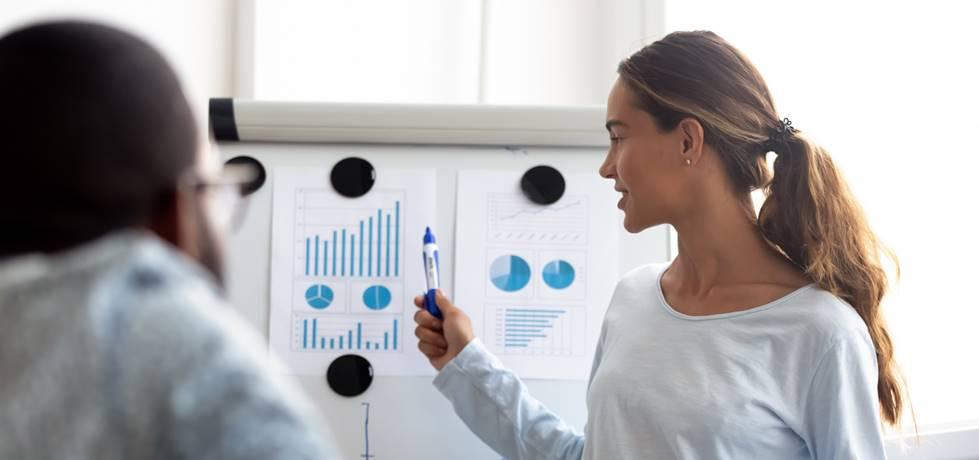 mentor apresentando os resultados de um gráfico