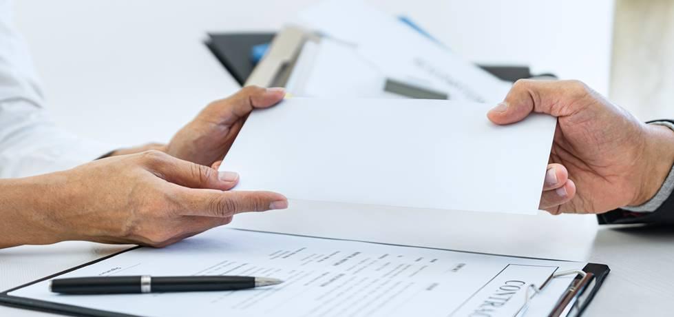 profissionais discutindo acerca de um contrato