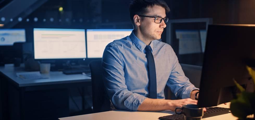 profissional trabalhando até tarde