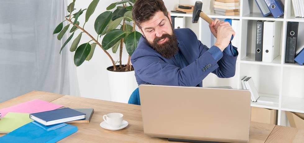 profissional prestes a destruir seu computador de trrabalho