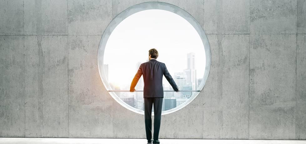 Homem olhando através de uma janela