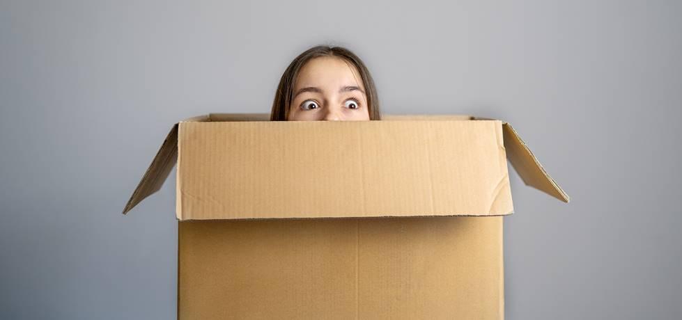 mulher observando de dentro de uma caixa