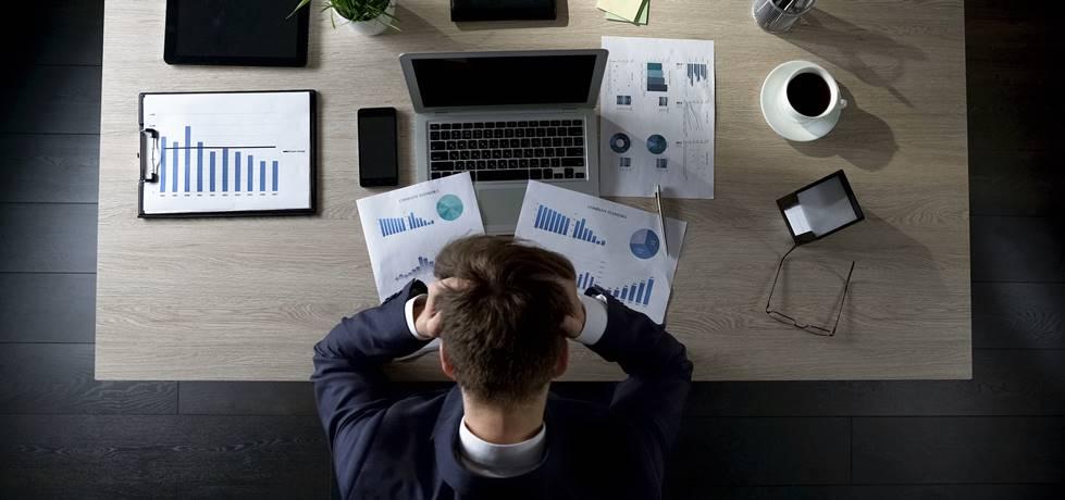 empreendedor frustrado com os resultados sobre a mesa