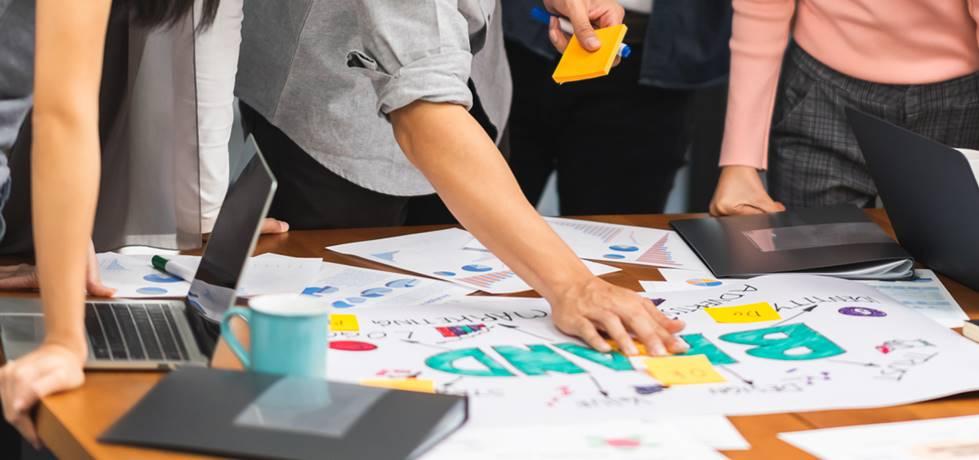 profissionais discutindo sobre branding