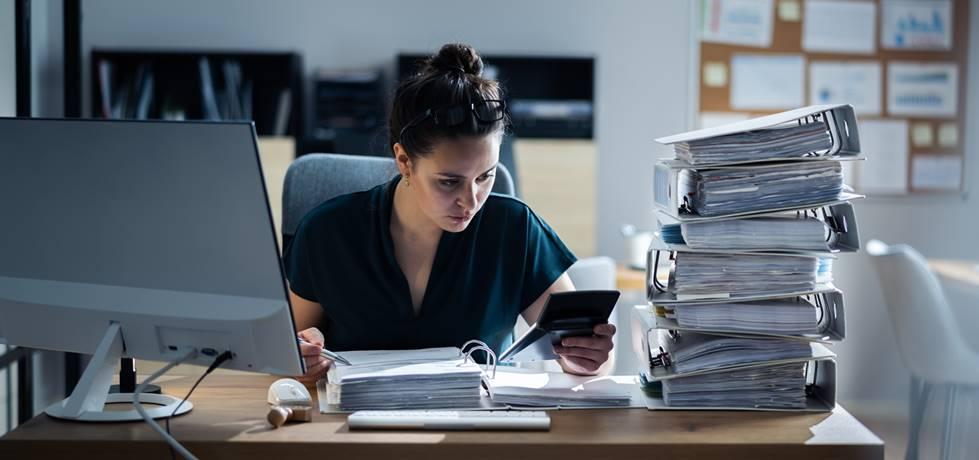 mulher trabalhando até tarde