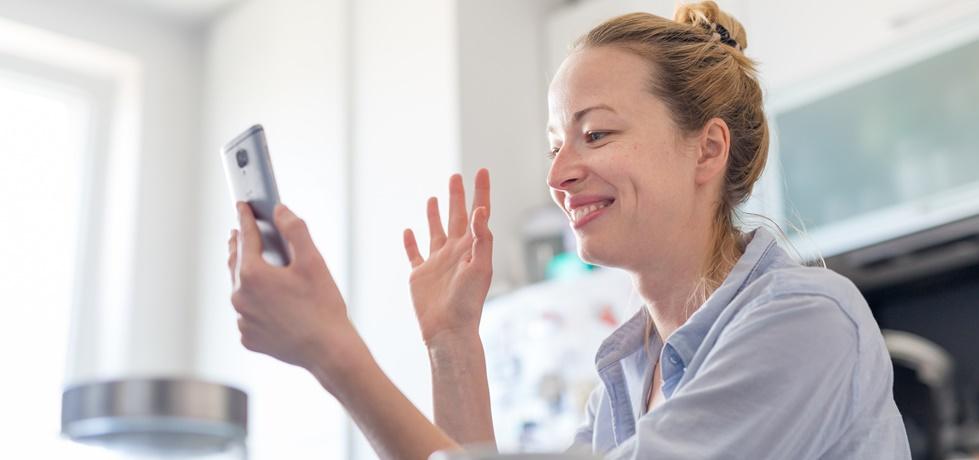 Mulher usando as mídias sociais no telefone