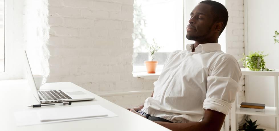 Homem calmo no trabalho