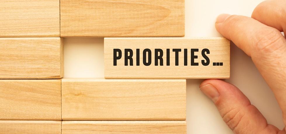 Cubo de madeira escrito prioridades.