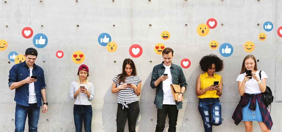 Grupo de pessoas usando redes sociais