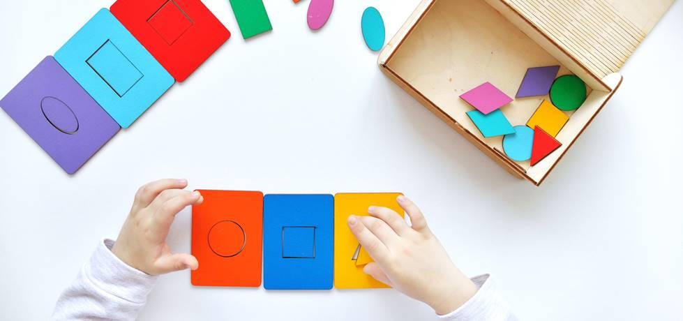 Criança com brinquedo para desenvolver habilidades cognitivas