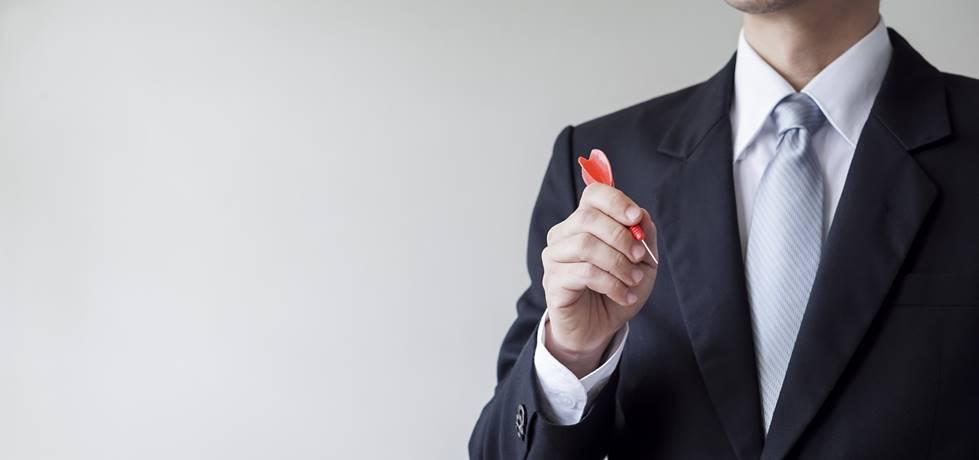Homem segurando um dardo