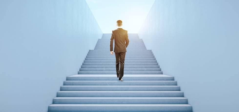 empresário subindo escadas